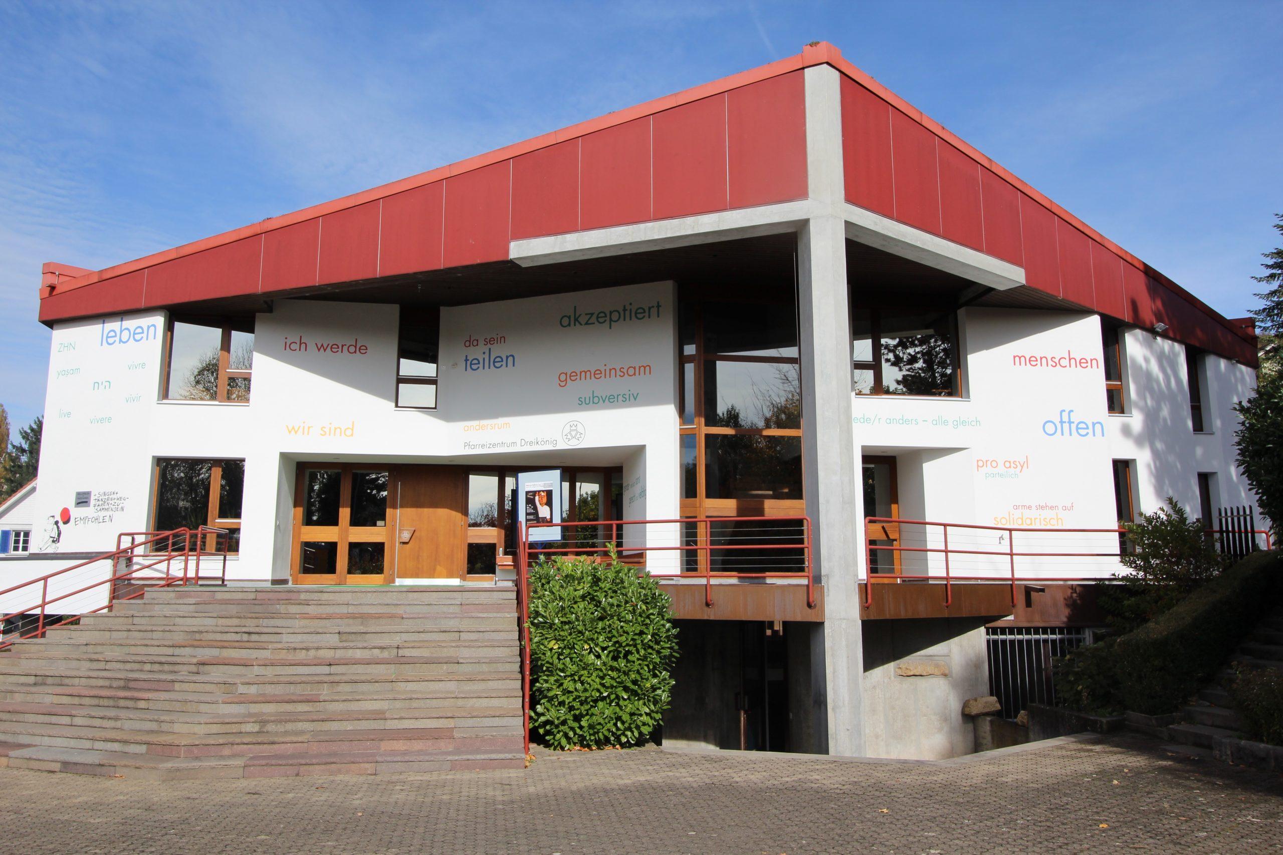 Pfarreizentrum Dreikönig im Herbst 2017 mit der frisch renovierten Fassade und den Wörtern, die einladen, Stellung beziehen, aufrütteln…